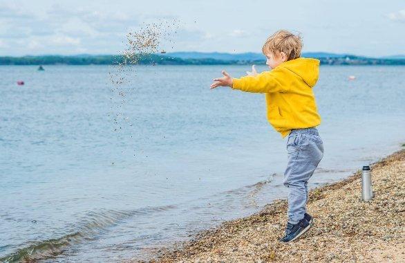Ideja za risbico: Metanje kamenčkov v vodo